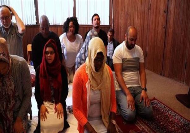 بالفيديو - أول مسجد يصلي فيه الرجال والنساء معاً ويثير جدلا واسعاً