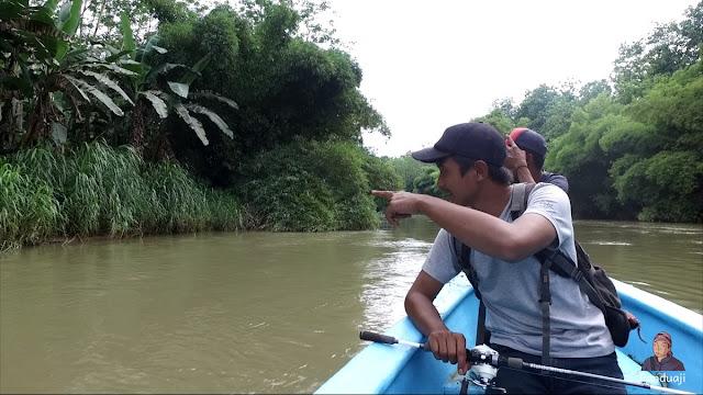 Naik perahu di Sungai Brantas