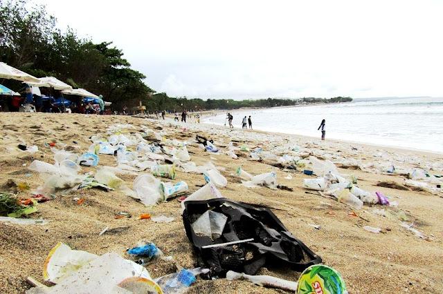 Pencemaran Lingkungan di pinggir pantai