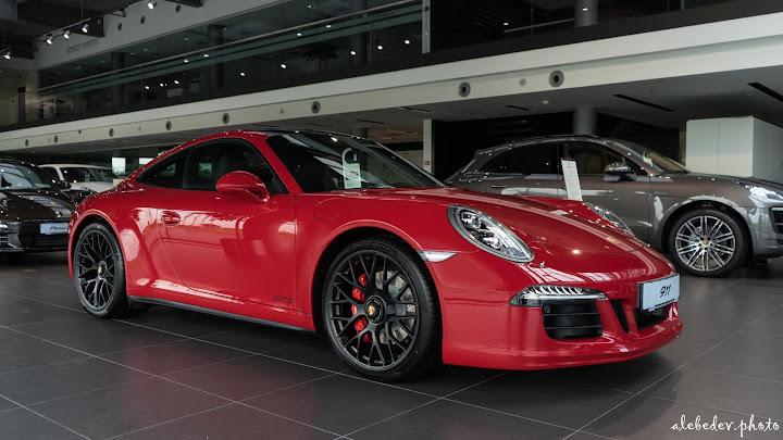 2015 red porsche 911 GTS