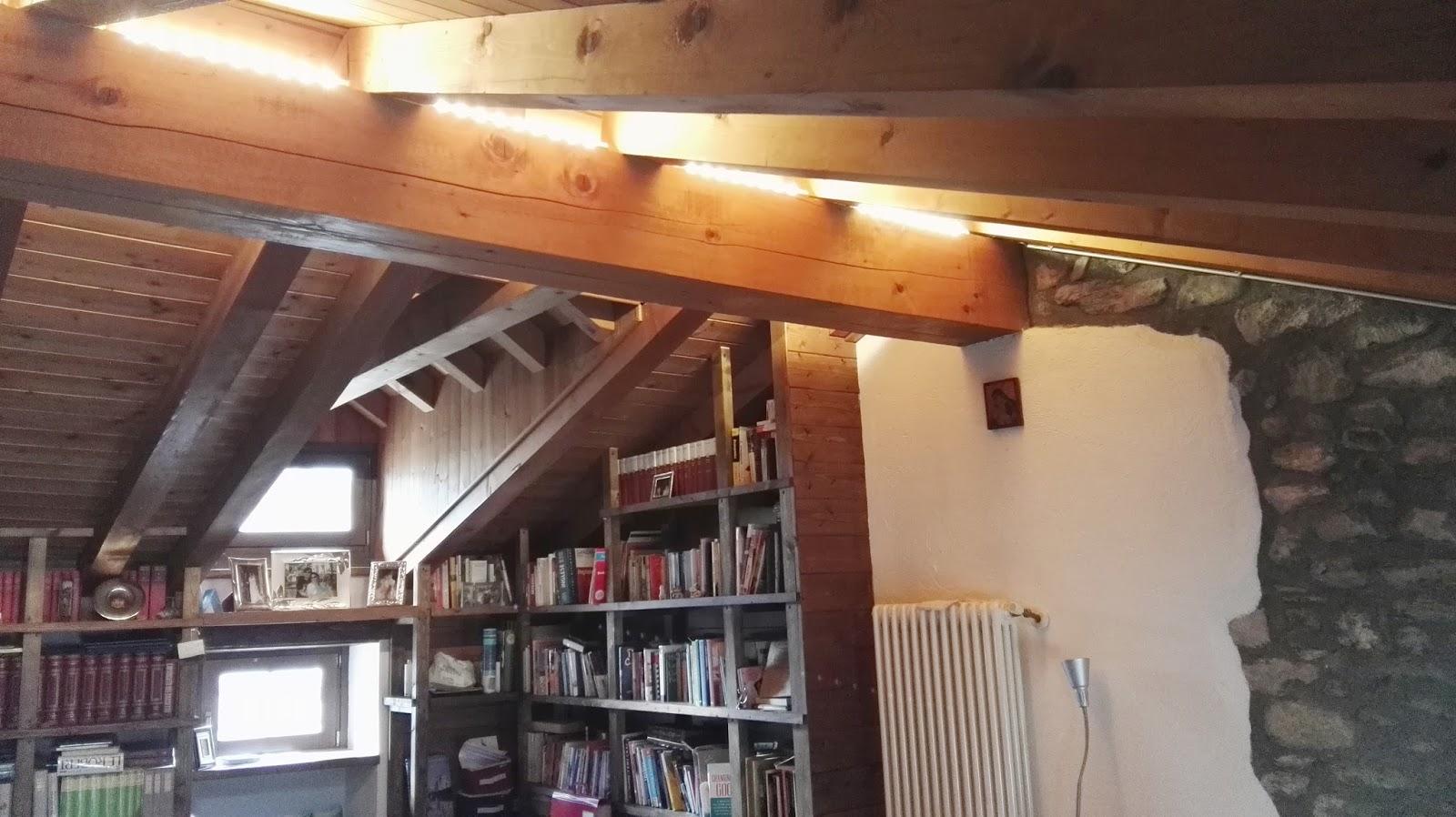 Illuminazione soggiorno con travi a vista binomio legno bianco per