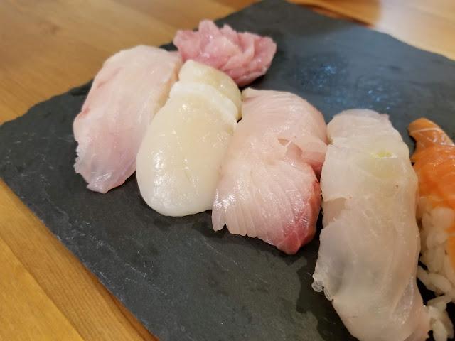 自分で握ったホタテとクエとブリの寿司の画像