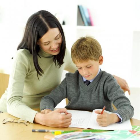 Nên cho con học gia sư tại nhà hay tới trung tâm dạy thêm?