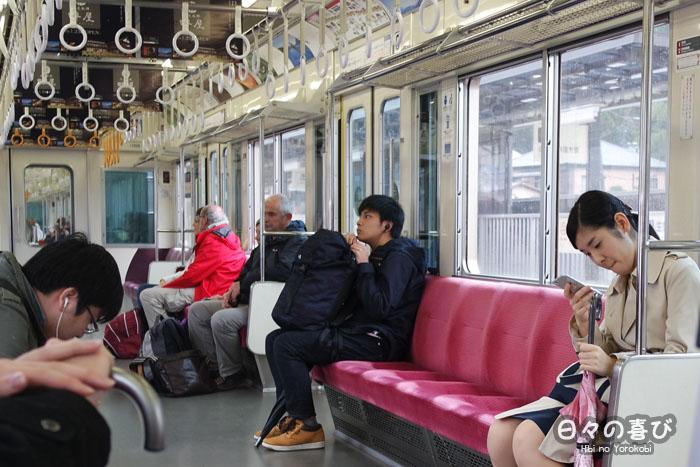 intérieur train rouge ligne hakone tozan