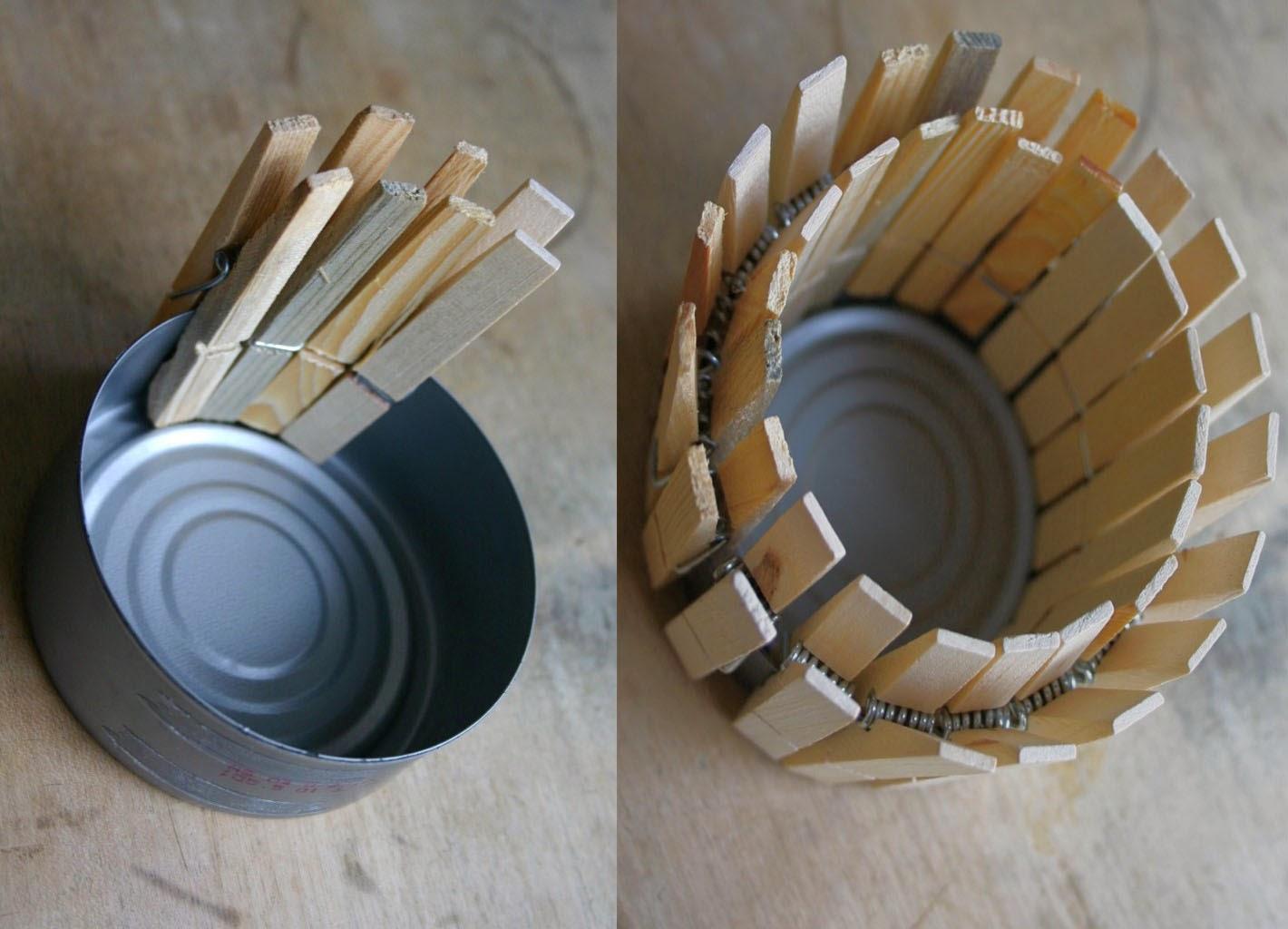 Candelabro decorativo con latas y palitos