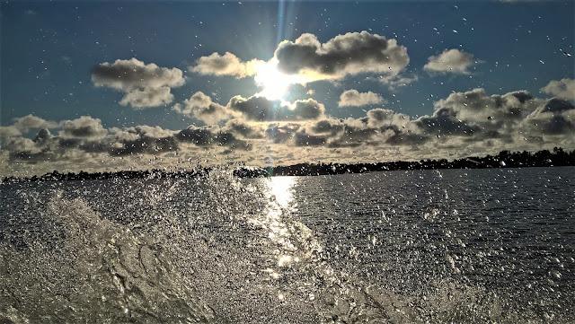 Veden roiskeita, aurinko paistaa, muutamia pilviä.