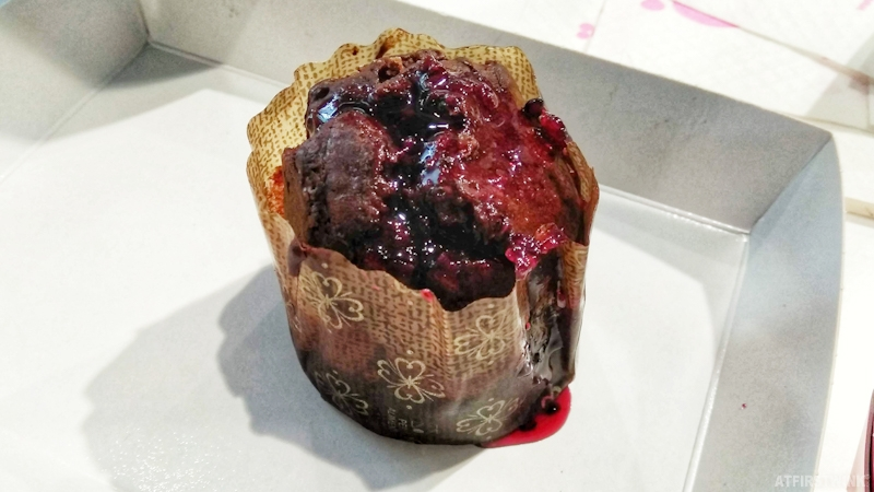 Smöoy frozen yogurt markthal rotterdam smöofin chocolate muffin with forest fruit sauce