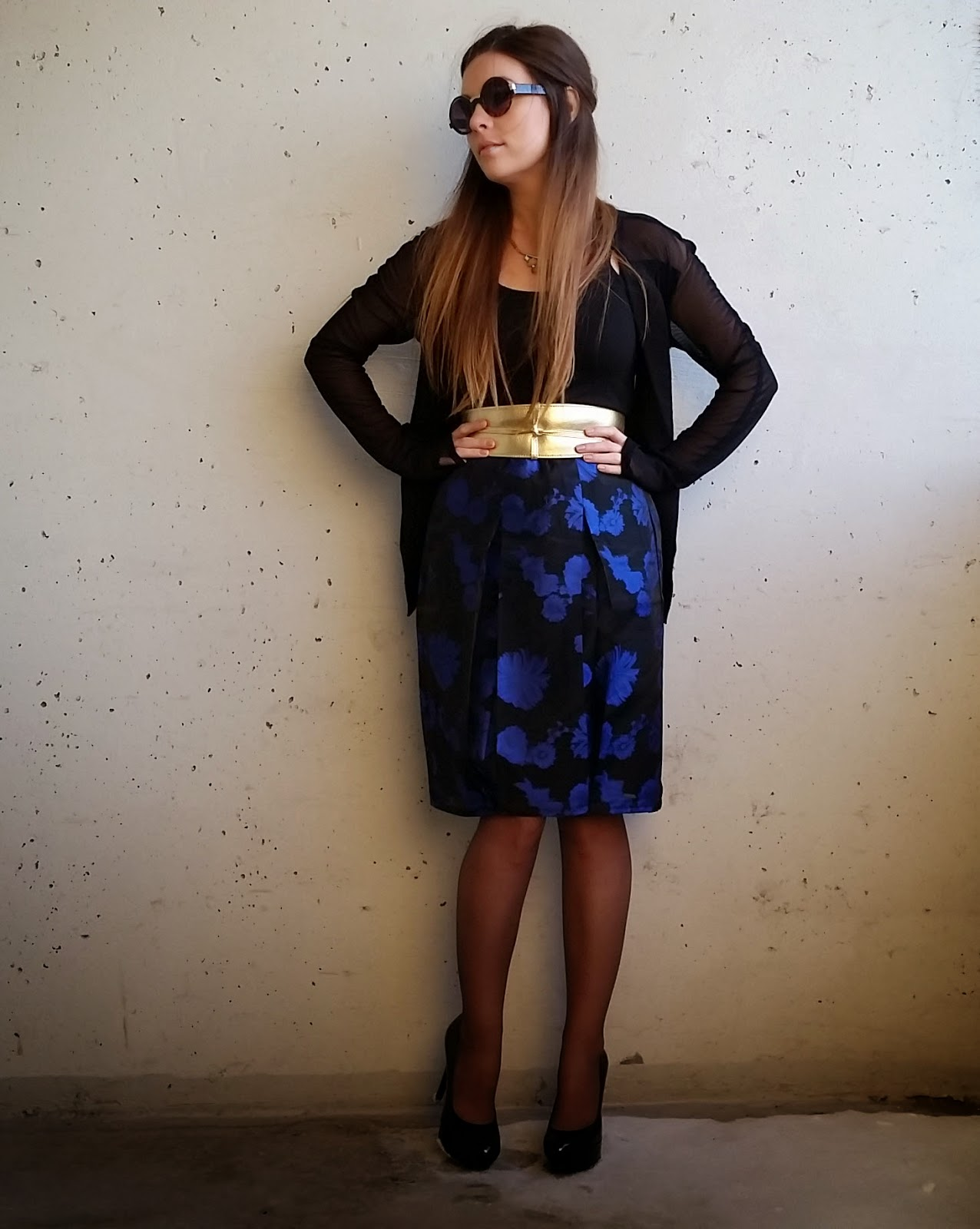 gold belt, royal blue skit and sheer pantyhose