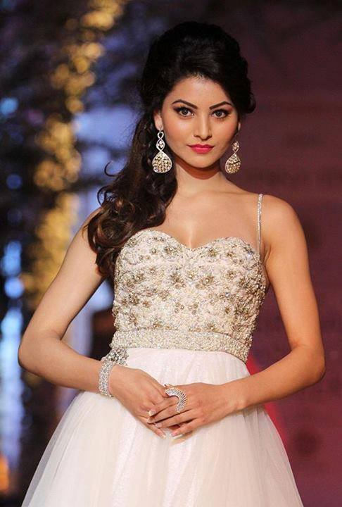 Urvashi Rautela hot n sexy at film promotions