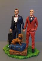 cake topper elegante coppia uomini a tema viaggio cane bassotto orme magiche