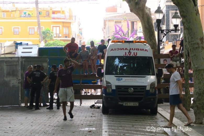 スペインの海の牛追い祭り用の救急車