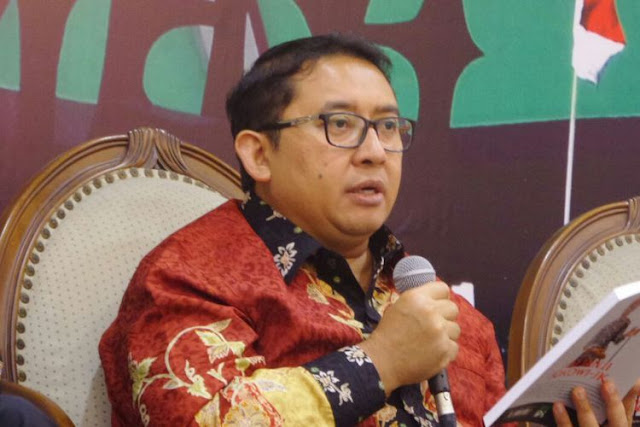 Fadli Zon Bikin Puisi 'Orang Kaget': Di Kolong Ketemu Hantu Kecebong