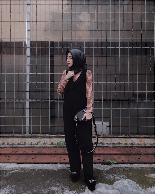Outfit Baju Jumpsuit Berhijab Ala Selebgram 2018 jumpsuit celana pallazo cullotes bahan slingbags high heels wedges hijab segiempat hitam kaos panjang stripe merah bata gaya casual kain katun sutra rayon ootd 2018 outfit selebgram