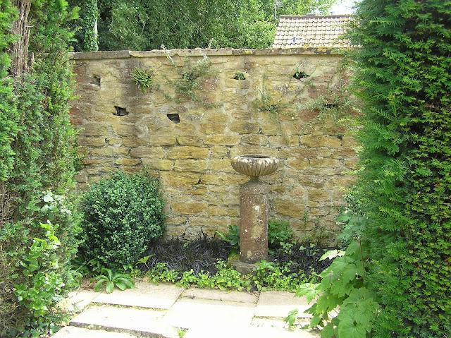 mur z kamienia, kamienne ozdoby ogrodowe