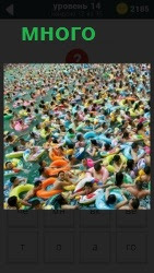много людей плавает в спасательных кругах на воде