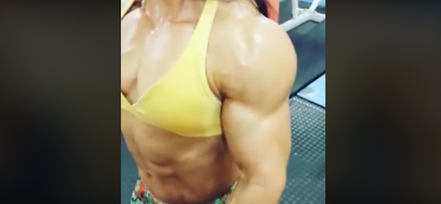 Video Muscular female bodybuilder in a stunning posing !