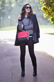 Cómo combinar negro, blanco y rojo en tu look invernal