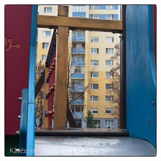 Szegedi lakótelep játszótere szögletes formák játéka