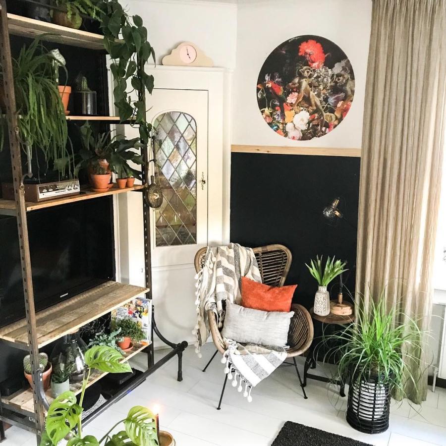 Klimatyczne mieszkanie z industrialnymi elementami, wystrój wnętrz, wnętrza, urządzanie domu, dekoracje wnętrz, aranżacja wnętrz, inspiracje wnętrz,interior design , dom i wnętrze, aranżacja mieszkania, modne wnętrza, styl skandynawski, scandinavian style, boho, styl industrialny, industrial style, styl rustykalny, retro, urban jungle, metalowy regał, salon, living room, fotel bambusowy