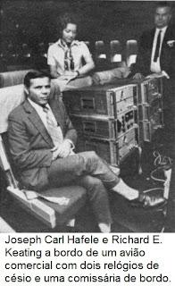 Joseph Carl Hafele e Richard E. Keating a bordo de um avião comercial com dois relógios de césio e uma comissária de bordo.