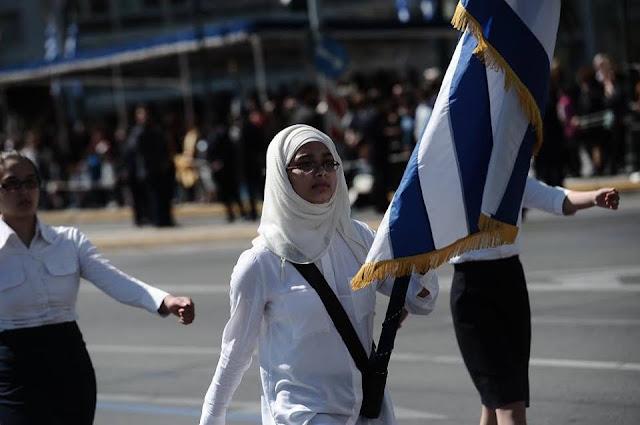 """Η Ελληνική Σημαία δεν ειναι ούτε """"τρόπαιο"""" των αριστουχων... ούτε κάποιο αξεσουάρ για πασαρέλα.."""