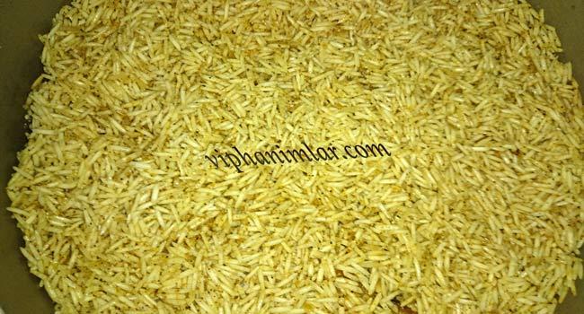 Tavuklu Maklubenin bararatlar ile harmanlanan pirinci
