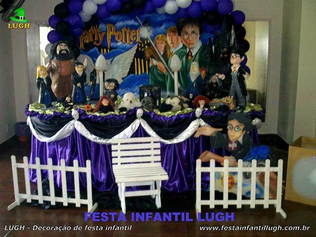 Decoração tema Harry Potter em mesa forrada de pano(tecido cetim) para festa de aniversário infantil
