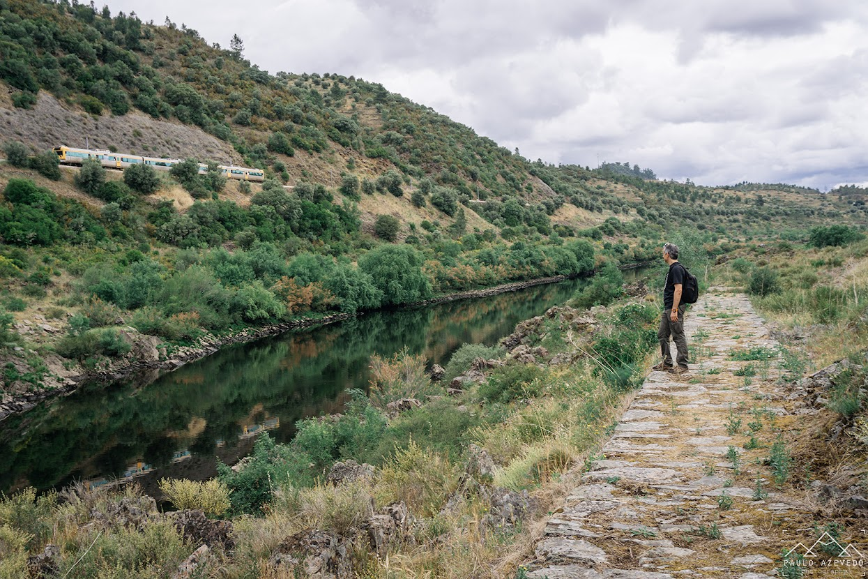comboio junto ao rio