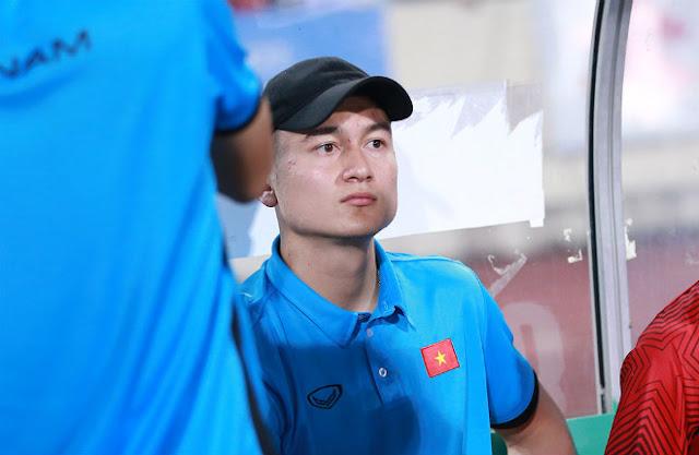"""Thủ môn Lâm """"Tây"""" thất thần khi bị HLV Park Hang Seo bỏ rơi 6"""