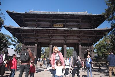 Nosotras delante de una de las puertas del templo
