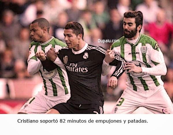 Cristiano Ronaldo agarrado por dos rivales del Córdoba