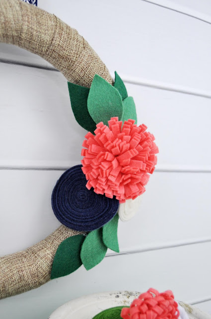 Ribbon wrapped wreath with felt flowers by Jen Gallacher for www.jengallacher.com #jillibeansoup #wreath #feltflowers #diywreath