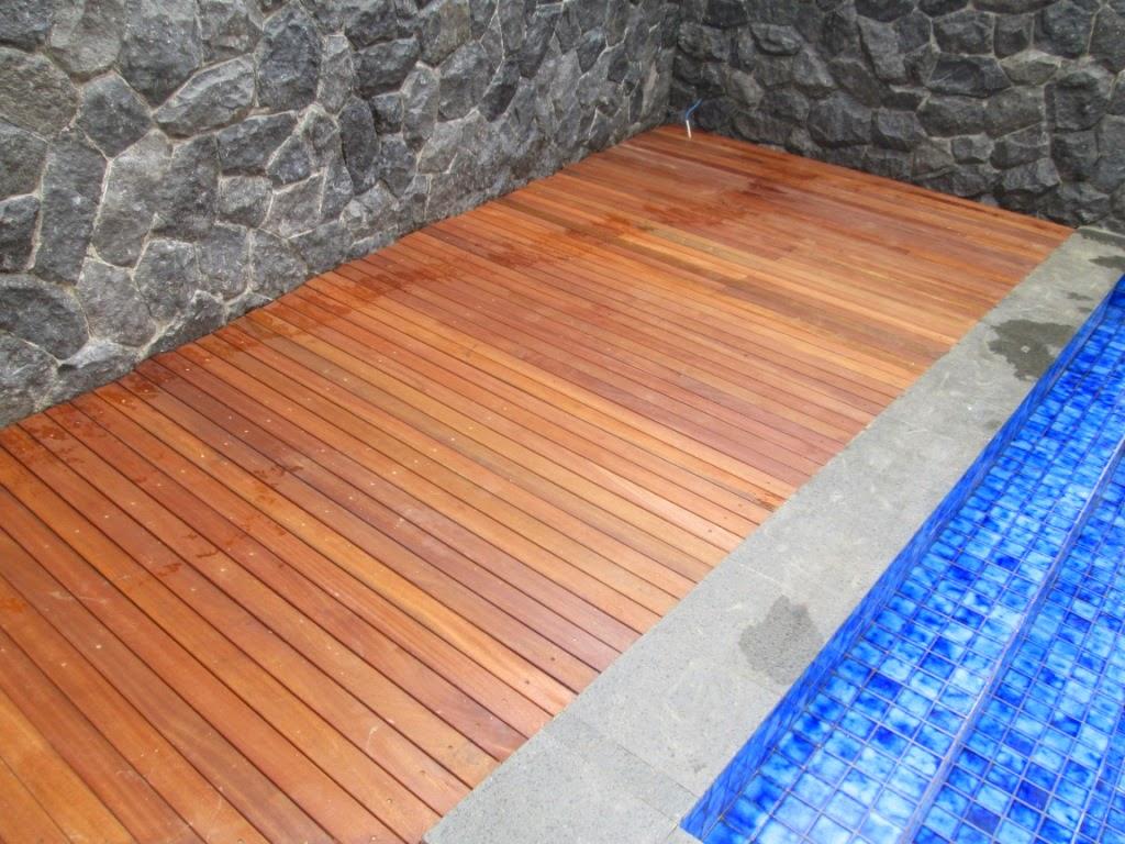 Harga Lantai kayu outdoor untuk taman, kolam, dan area luar ruangan lain