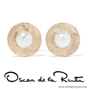 Kate accessorised Oscar de la Renta Hammered Gold-Plated Faux Pearl Earrings
