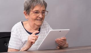 femme senior utilisant une tablette