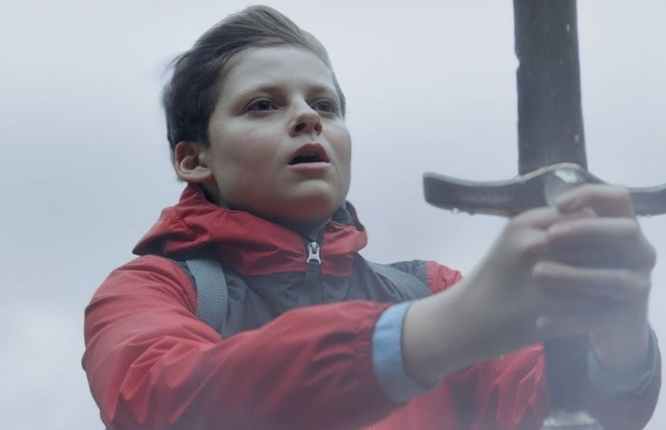 """2º trailer de """"O Menino Que Queria Ser Rei"""" apresenta uma versão moderna de Rei Arthur"""