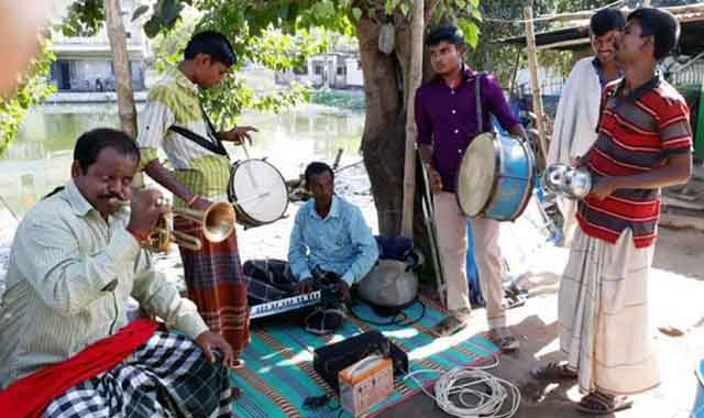 Heartaches are found in the countryside's folk musician