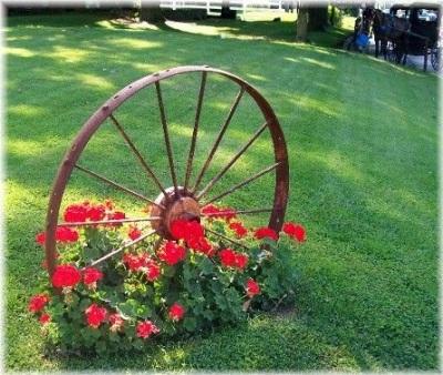 Hiasan taman terbuat dari roda bekas.