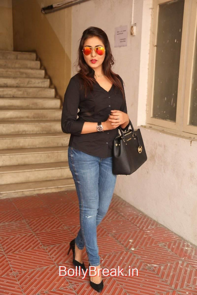 Madhu Shalini Unseen Stills, Madhu Shalini Pics in Tight Blue Jeans & Black Top
