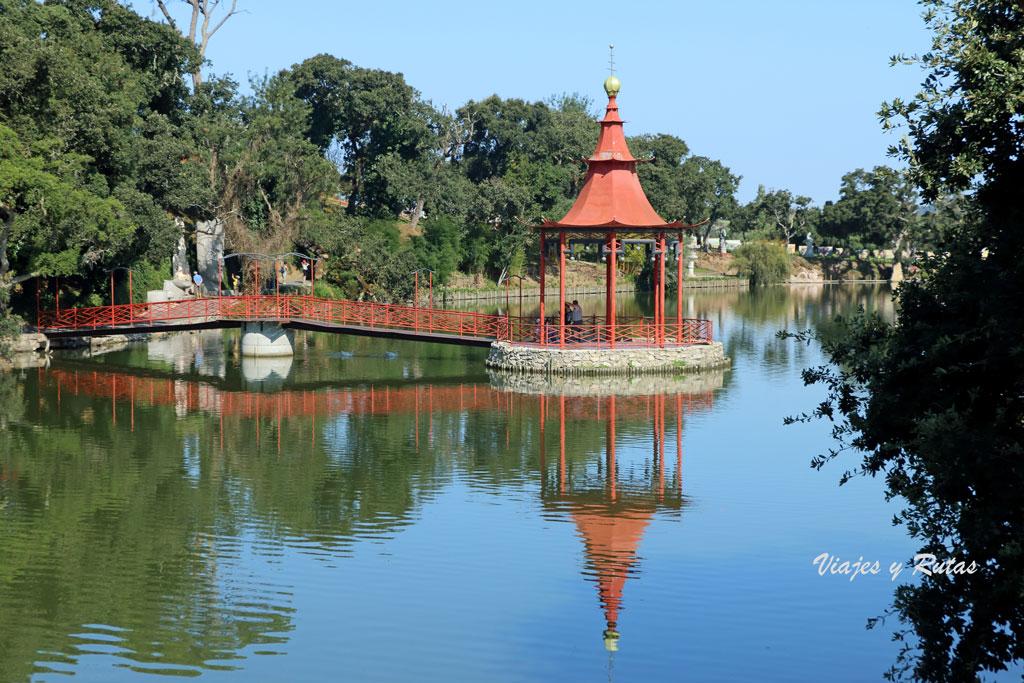 Lago japonés de Buddha Eden