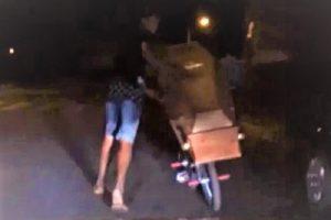 VÍDEO: Homem desenterra irmão e anda de bicicleta pelas ruas com caixão
