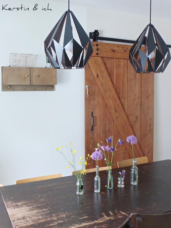 Esstischdekoration mit Blumen, selbstgebautes Scheunentor