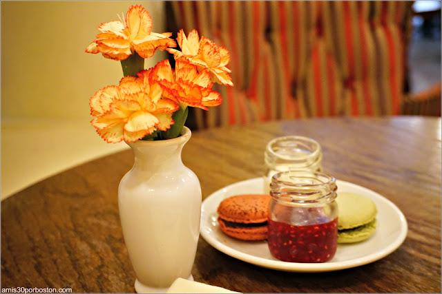 Macaron de Matcha y de Frambuesa y Chocolate del Bosie Tea Parlor en Nueva York