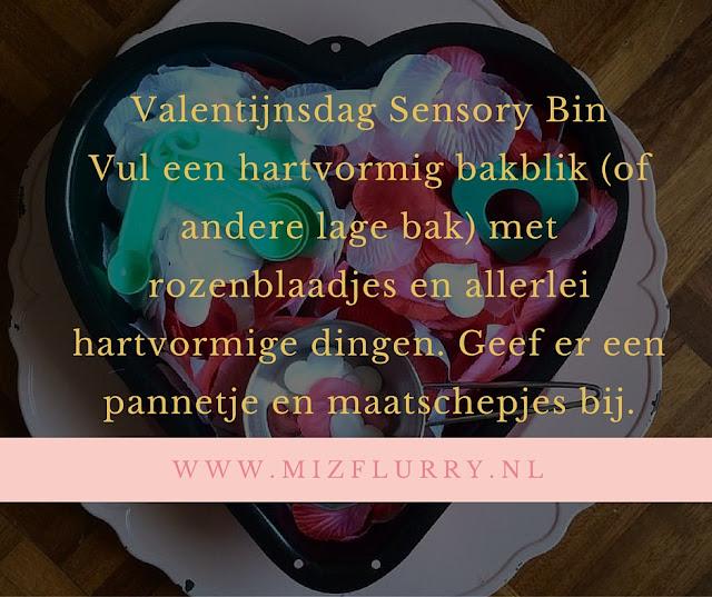 Vul een hartvormig bakblik (of andere lage bak) met rozenblaadjes en allerlei hartvormige dingen. Geef er een pannetje en maatschepjes bij.