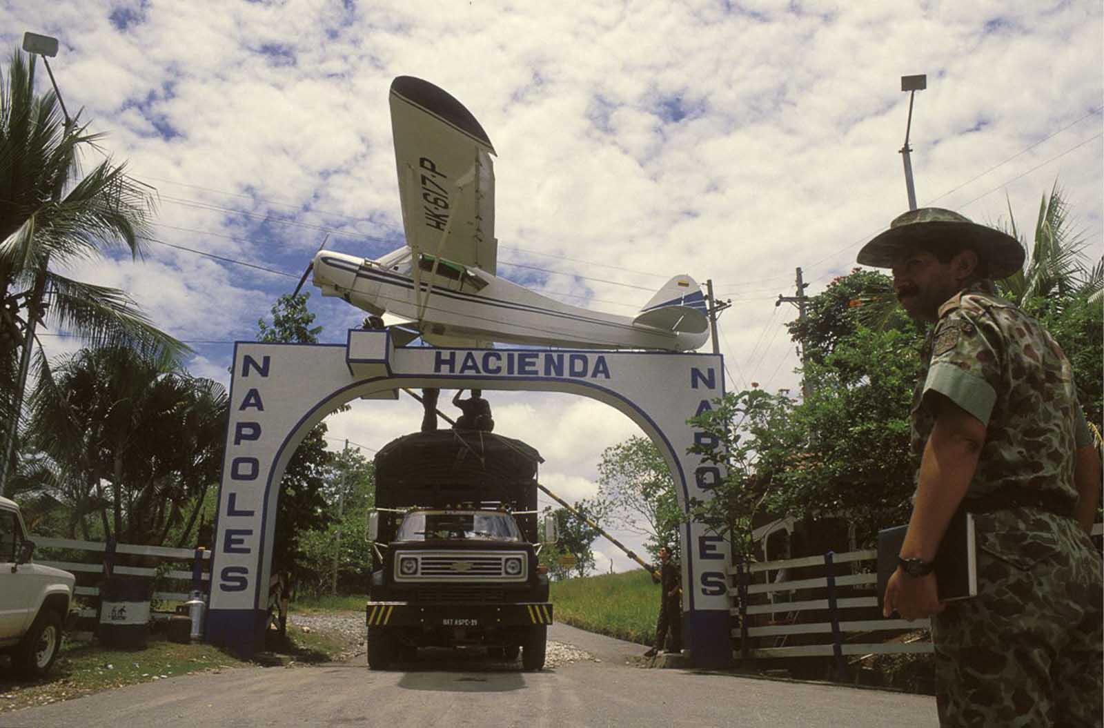 La entrada a la hacienda está decorada con una réplica del avión Piper, que transportó el primer envío de cocaína de Escobar a los Estados Unidos.
