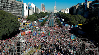 Thousands of Argentines reject government's turn to IMF