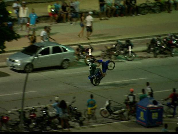 Motociclistas se arriscam realizando manobras na contramão e nas calçadas
