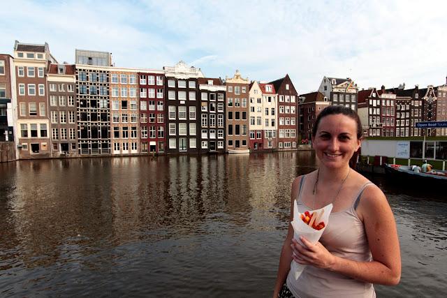 Lena comiéndose unas patatas fritas en los canales de Ámsterdam