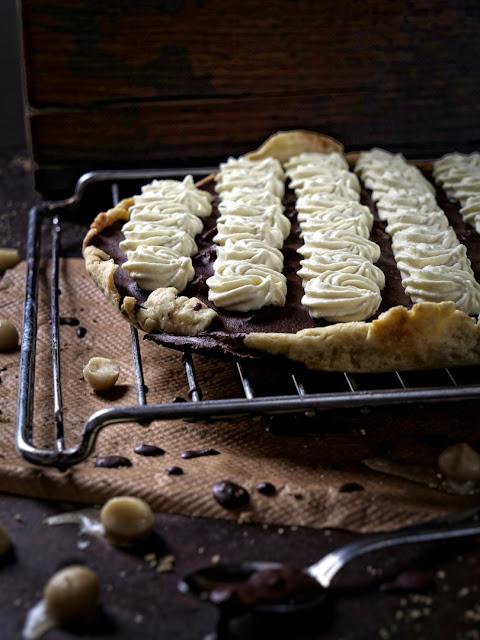 Schokoladentarte mit Macadamia-Nüssen und weißer Schokoladenmousse
