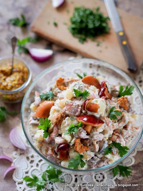 salatka ziemniaczana, ziemniaki, grzybki w occie, grzyby marynowane, salatki, domowe jedzenie, najsmaczniejsza, z grzybami, grzyb, menu na impreze